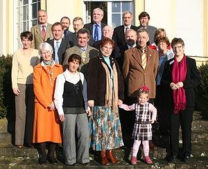 Gruppenbild der Geehrten gemeinsam mit Landrätin Beate-Läsch-Weber