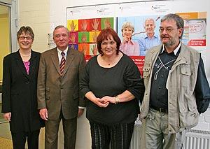 Foto: Die beiden Arbeitslosen Dagmar Hommes und Bernd Hagen mit den Projektpaten Landrätin Beate Läsch-Weber und Walter Kunsmann.