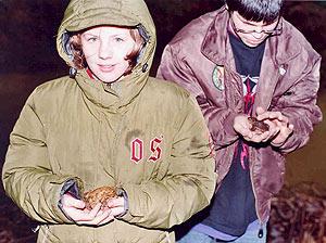 Die Schülerin Saskia und der Schüler Andreas bringen die Amphibien sicher über die Kreisstraße zum neuen Laichgewässer.