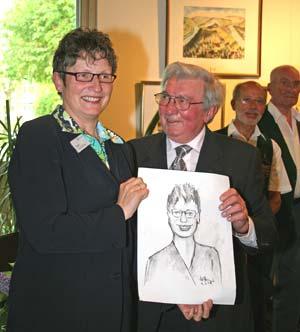 Künstler, Winzer und Schelm: Heinz Ames überreicht der Landrätin eine Karikatur.