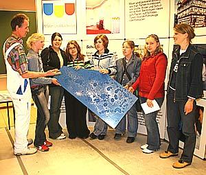 Malermeister Heribert Thiel demonstrierte den Mädchen am Girls´ Day, welche kreativen Möglichkeiten ihnen in einem Handwerksberuf offen stehen.