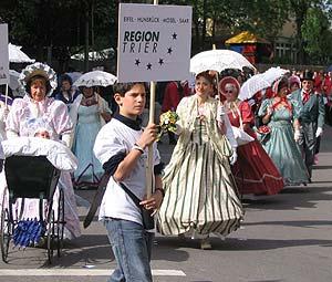 Die Biedermeiergruppe Traben-Trarbach beeindruckte mit schönen Kostümen.
