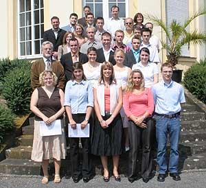 Auszubildende und Mitglieder des Prüfungsausschusses.