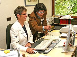 Landrätin Beate Läsch-Weber und Webmaster Mike-D. Winter freuen sich über den neuen Internetauftritt des Landkreises und der Kreisverwaltung Bernkastel-Wittlich.