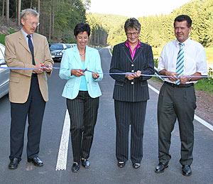 Gemeinsam gaben sie die neue K 42 zwischen Niersbach und der L50 für den Verkehr frei: Bürgermeister Christoph Holkenbrink, die leitende Baudirektorin Edeltrud Bayer, Landrätin Beate Läsch-Weber und Ortsbürgermeister Franz-Josef Krumeich (v.l.).