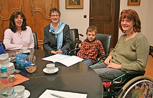 Anita Reichert, der kleine Jonas und Marina Stüber (v.l.) freuen sich über die 500 Euro, die Landrätin Beate Läsch-Weber (2.v.l) für das zweite Integrative Bergfest im Juni 2007 spendet.