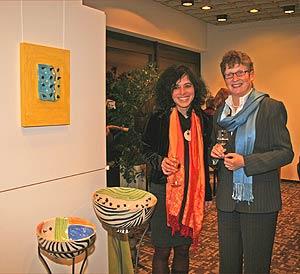 Stefanie Kaspari (l.) und Landrätin Beate Läsch-Weber (rechts) bei der Ausstellungseröffnung.