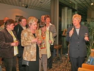 Ingrid Franz-Bergmann erläutert den Besucherinnen ihre Werke.