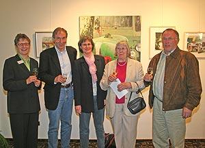 Landrätin Beate Läsch-Weber im Gespräch mit dem Künstler Peter Bastgen mit Ehefrau und Mutter sowie Bürgermeister Valentin Zimmer.