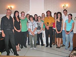 Die Gesangsklasse der Musikschule des Landkreises mit ihrem Lehrer Thomas Siessegger in ihrer Mitte.