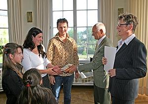 Landrätin Beate Läsch-Weber (r.) und Klaus Schmitz (2.v.r.) überreichten die Einbürgerungsurkunden an insgesamt 37 neue Bürgerinnen und Bürger.
