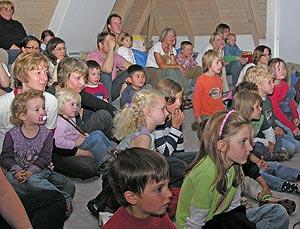 Begeistert folgten die Kinder (hier in der Stadtbibliothek Wittlich) dem Indianermärchen des Marionettentheaters TrollToll.