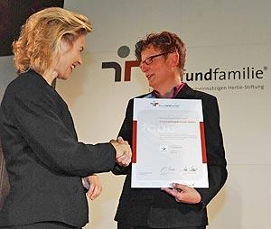Familienministerin Ursula von der Leyen überreicht Landrätin Beate Läsch-Weber das Grundzertifikat zum Audit berufundfamilie.