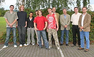 Gruppenbild der Absolventinnen und Absolventen mit Detlef Wiese , Hans-Georg Simon, Dirk Weber und Hermann-Josef Haller.