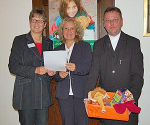 Landrätin Beate Läsch-Weber gemeinsam mit Evelyn Reinhart und Bruder Nikolaj.