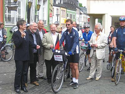 """Eine Radfahrergruppe der Benefiz-Radler e.V. startete am Aktionstag """" Unser Tag für Afrika"""" mit einem Pfiff von Landrätin Beate Läsch-Weber (links) auf ihren Rundkurs."""
