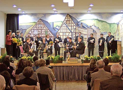 Lehrkräfte der Musikschule während des Konzerts auf der Bühne.