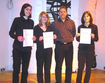 """Das """"Sieger-Trio"""" mit Leonie Klein, Sandra Hofer und Viktoria Schomer (von links) mit ihrem Lehrer Dietmar Heidweiler."""