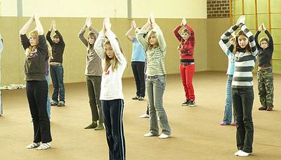 Mädchengruppe beim Tanzen.