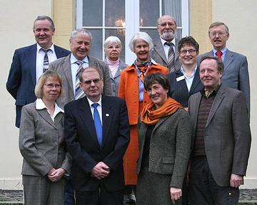Landrätin Beate Läsch-Weber (3.v.r.) überreichte die Ehrennadel des Landes Rheinland-Pfalz an Johanna Werner aus Altrich und Hans-Dieter Georg aus Enkirch (vorne Mitte).