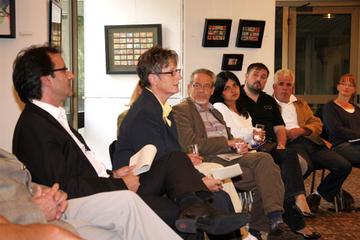 Landrätin Beate Läsch-Weber (2. v. l.) und der Geschäftsführer der Arbeitsgemeinschaft der Ausländerbeiräte Rheinland-Pfalz Miguel Vicente (l.) standen den zahlreichen an der Beiratswahl Interessierten Rede und Antwort.