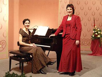 Bildunterzeile: Ingrid Wagner (r.) und Ute Körner (l.) laden zum Liederabend in die Wittlicher Synagoge ein.