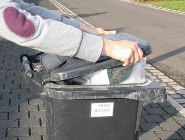 Übervolle Mülltonne.
