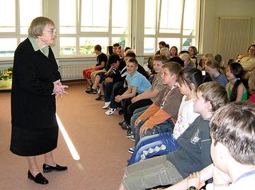 Die Autorin Gudrun Pausewang während ihrer lesung vor den  Schülerinnen und Schülern.