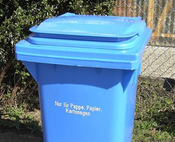 Foto einer blauen Altpapiertonne