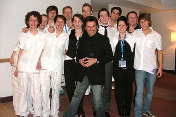 """Mitglieder der Band """"The Vibes"""" mit Jury-Mitglied Thomas Anders."""