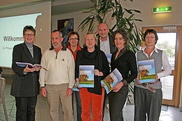 """Der Arbeitkreis """"Pflegende Angehörige"""" der Regionalen Pflegekonferenz für den Landkreis Bernkastel-Wittlich präsentiert gemeinsam mit Landrätin Beate Läsch-Weber (l.) die neue Pflegebroschüre."""