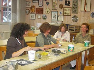 Frauen im Specksteinworkshop.