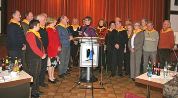 Landrätin Beate Läsch-Weber ehrt die Cusanus-Rompilger.