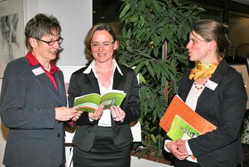 Rechtsanwältin Nicole Kürten, Landrätin Beate Läsch-Weber und die Gleichstellungsbeauftragte des Landkreises Bernkastel-Wittlich, Gabriele Kretz blicken in die überarbeitete Broschüre.