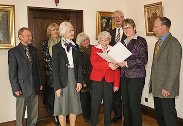 Landrätin Beate Läsch-Weber überreicht Klara Caspary die Ehrennadel und Dankesurkunde des Landes Rheinland-Pfalz.