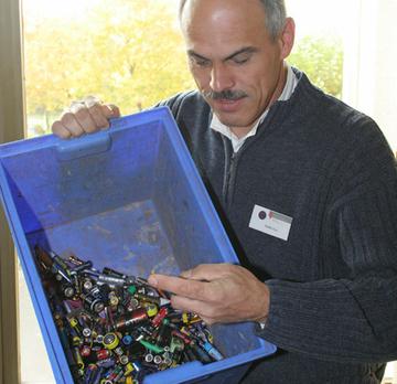 Abfallberater Stefan Lex kontrolliert den Batteriesammelbehälter der Kreisverwaltung Bernkastel-Wittlich.
