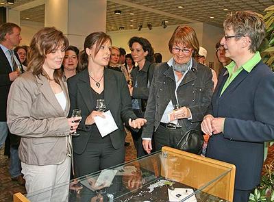 Die Künstlerinnen Ruth Steffny-Schröder aus Veldenz (links) und Christine Müller aus Osann-Monzel (2. von links) führen Landrätin Beate Läsch-Weber (rechts) durch die Ausstellung im Kreishaus.