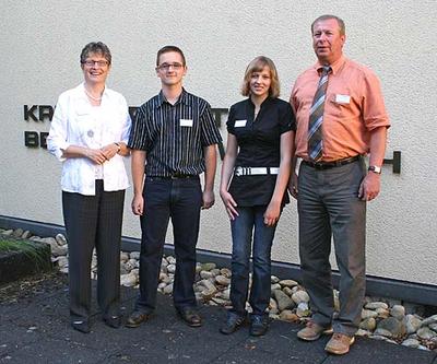 Bildunterzeile: Landrätin Beate Läsch-Weber und Personal- und Ausbildungsleiter Hans Steffes begrüßen.