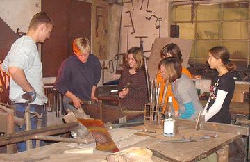 """Die Metallgestalterin Lena Engel vermittelte  im Workshop """"Feuer und Flamme"""" einen Einblick ins Schmieden und Kupfertreiben."""