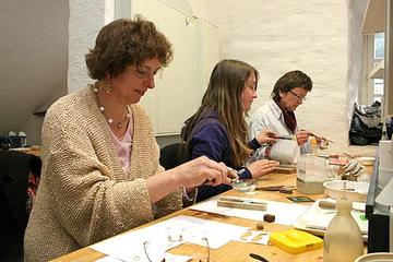 Viel Spaß hatten die Teilnehmerinnen des Weltfrauentags auch beim Emaille-Workshop in der Alten Mühle des Klosters Himmerod.