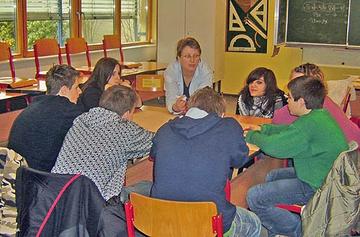 """Stephanie Hölscher (Mitte) ist eine von drei """"Reiseleitern"""", die sich mit Jugendlichen auf den Weg machen, um sie gut vorbereitet in eine Ausbildung zu begleiten."""