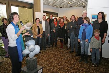 In einem Rundgang mit dem Publikum erläuterte Anette Kappes (vorne links) die einzelnen Werke und die zugehörige Gedankenwelt der Künstlerin Maria Hill (3.v.l.).
