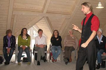 Atem-, Sprech- und Stimmlehrer Rainer Rudloff (stehend) wies die Vorlesepatinnen in die Kunst des guten Vorlesens ein.