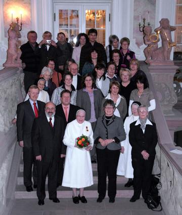Zahlreiche Gäste gratulierten Schwester Beate Maria Burger  (vorne Mitte) zu ihrer Auszeichnung mit der Verdienstmedaille des Landes Rheinland-Pfalz.