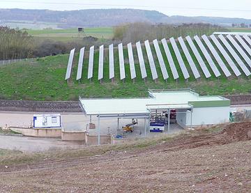 Entsorgungszentrum des Landkreises Bernkastel-Wittlich in Sehlem: im Vordergrund die Annahmestelle für Wertstoffe und nicht gefährliche Abfälle, im Hintergrund der endgültig abgedichtete Deponieabschnitt mit Photovoltaik-Anlage.