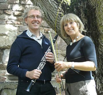"""Zwei """"Luftikusse"""" und ihre Instrumente:  Irmgard Brixius, Querflöte und Ulrich Junk, Klarinette."""