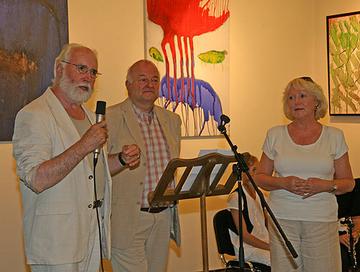 Das Künstlerpaar Wilfried Bach (l.) und Monika Wächter (r.) im Gespräch mit Manfred Amerkamp (m.).