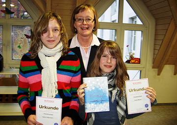 Maria Bernard (m.) von der Kreisverwaltung Bernkastel-Wittlich gratulierte den beiden Siegerinnen des Vorlesewettbewerbs Sara Petermann (l.) und Anna Merten (r.). Foto: Magdalena Bohn