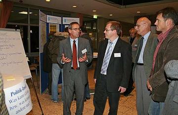 Alfons Kuhnen, Wirtschaftsförderer der Kreisverwaltung Bernkastel-Wittlich, klärte gemeinsam mit Teilnehmern, welchen Beitrag die Politik zu einer besseren Breitband-Versorgung leisten kann.
