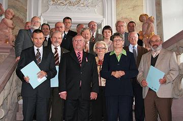 Zahlreiche Vertreterinnen und Vertreter aus dem Großherzogtum Luxemburg, den deutschen Bundesländern Nordrhein-Westfalen, Rheinland-Pfalz und Saarland, darunter auch Landrätin Beate Läsch-Weber, unterzeichneten in Trier den Kooperationsvertrag zur Str